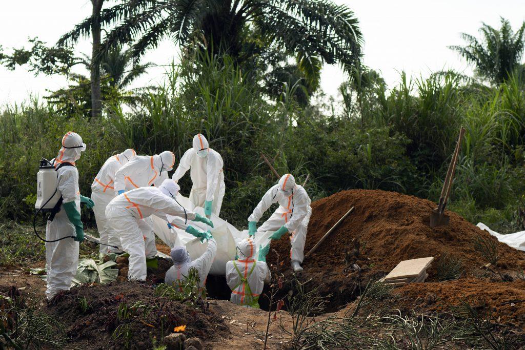 Le corps d'une des victimes du virus Ebola est inhumée dans u ne fosse commune, à Beni, en RDC, le 14 juillet 2019.