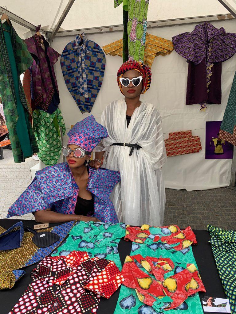 La créatrice congolaise Liputa Swagga (à gauche) sur son stand installé sur le marché d'Afropunk.