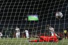 L'Algérien Riyad Mahrez marque le but de la qualification pour la finale de la CAN 2019 face au Nigeria, le 14 juillet 2019 au Caire.