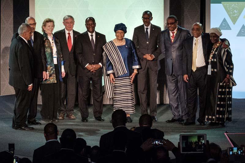 Ellen Johnson Sirleaf (au centre, première femme à remporter le prix de la Fondation Mo Ibrahim, entourée d'Alassane Ouattara (à sa droite) et de Paul Kagame, avec Mo Ibrahim (deuxième à droite), le 27 avril 2018 à Kigali.