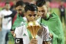Le capitaine algérien Riyad Mahrez embrasse le trophée de la CAN 2019 après la victoire face au Sénégal (1-0), le 19 juillet au Stade International du Caire, en Egypte.