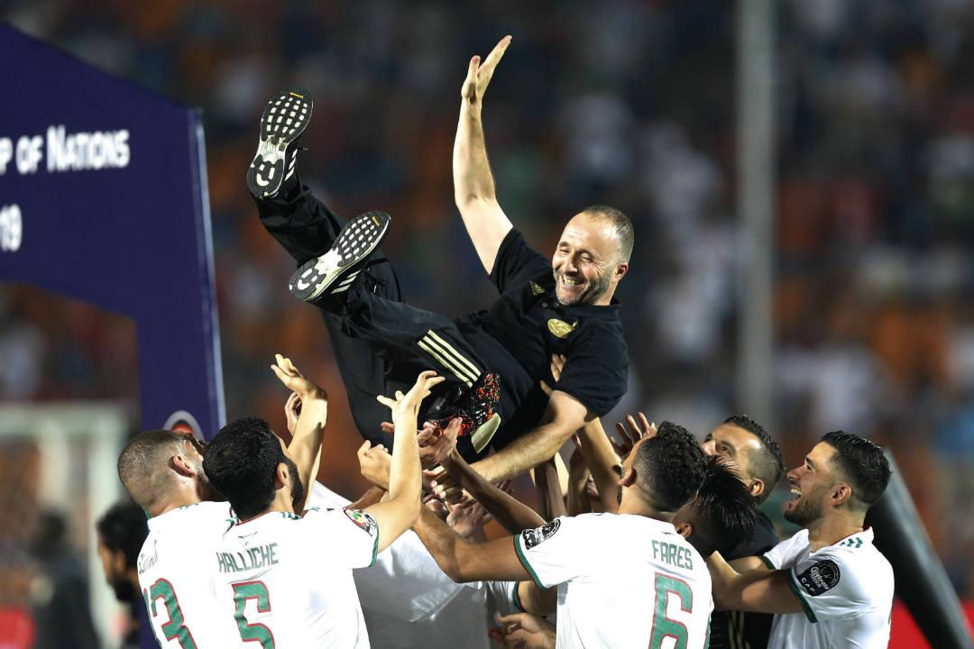 Le sélectionneur de l'Algérie, Djamel Belmadi, fêté par ses joueurs après la victoire en finale de la CAN 2019 face au Sénégal, le 19 juillet au Caire, en Égypte.