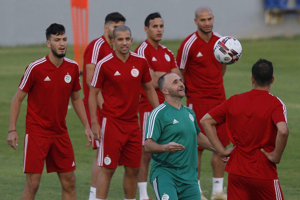 Djamel Belmadi contrôle le ballon pendant une phase d'entraînement avec la sélection algérienne, pendant la CAN 2019 en Égypte.
