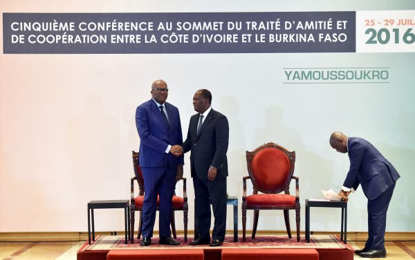 Le président burkinabè Roch Marc Christian Kaboré (à g.) et le chef de l'État ivoirien Alassane Ouattara à Yamoussoukro, le 29juillet 2016.