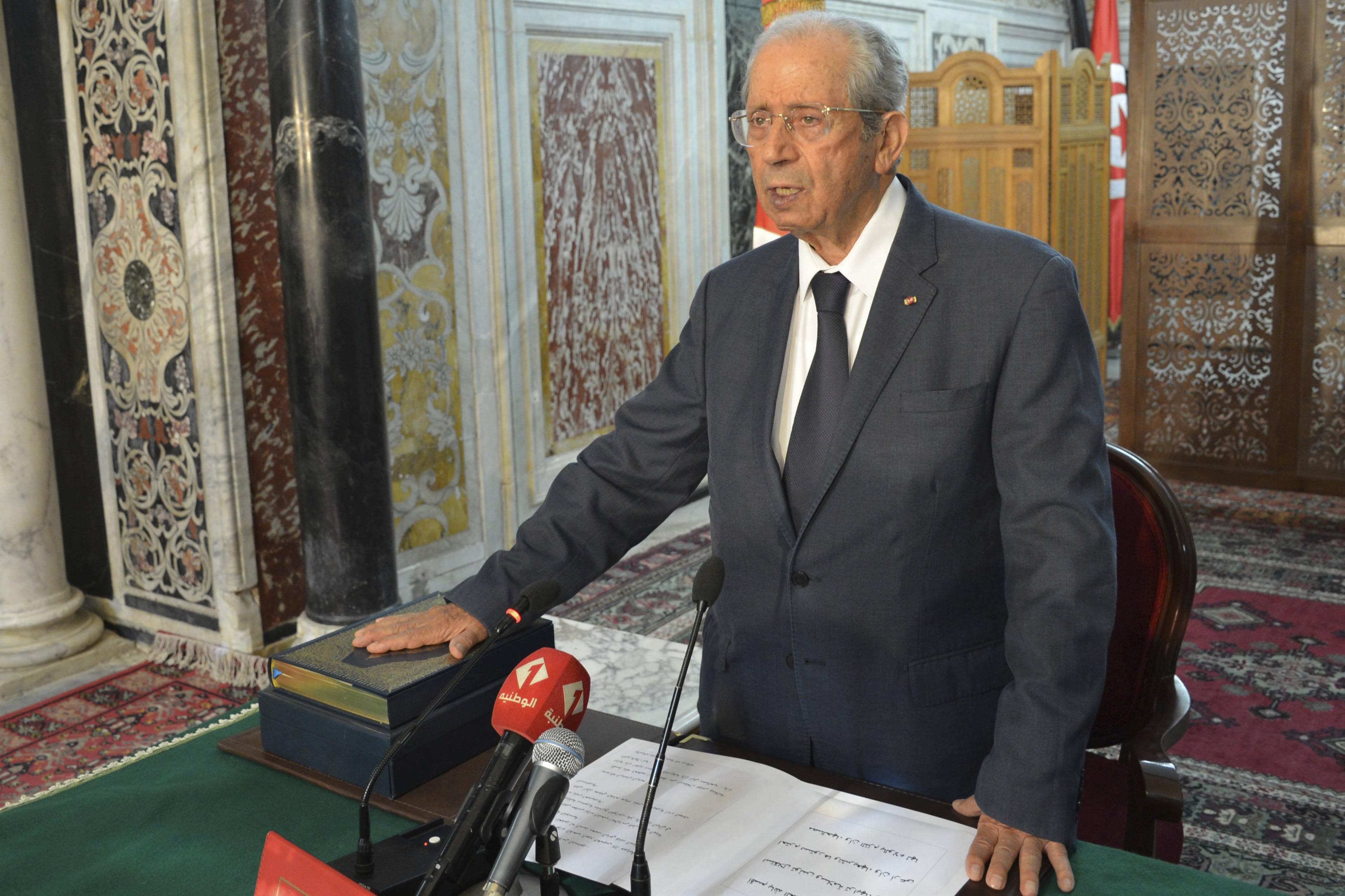 Le président de l'Assemblée tunisienne, Mohamed Ennaceur, prêtant serment sur le Coran pour devenir président de la République par intérim, jeudi 25 juillet 2019, après le décès du chef de l'État Béji Caïd Essebsi.