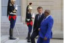 Le président français Emmanuel Macron, à gauche, accueille le président des Comores, Azali Assoumani, pour des entretiens bilatéraux à l'Elysée à Paris, en France, le lundi 22 juillet 2019.