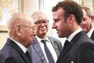 Le chef de l'État français, Emmanuel Macron (àdr.), saluant le président algérien par intérim, Abdelkader Bensalah, à l'occasion des funérailles du président tunisien Béji Caïd Essebsi, samedi 27 juillet 2019 à Tunis.