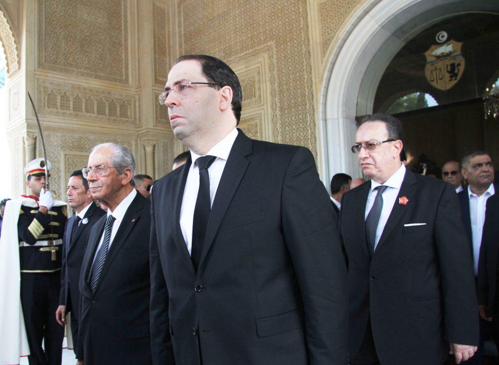 De g. à dr. : le chef de l'État par intérim, Mohamed Ennaceur, le Premier ministre, Youssef Chahed, et le fils du président défunt Hafedh Caïd Essebsi, au palais présidentiel de Carthage, le 27juillet.