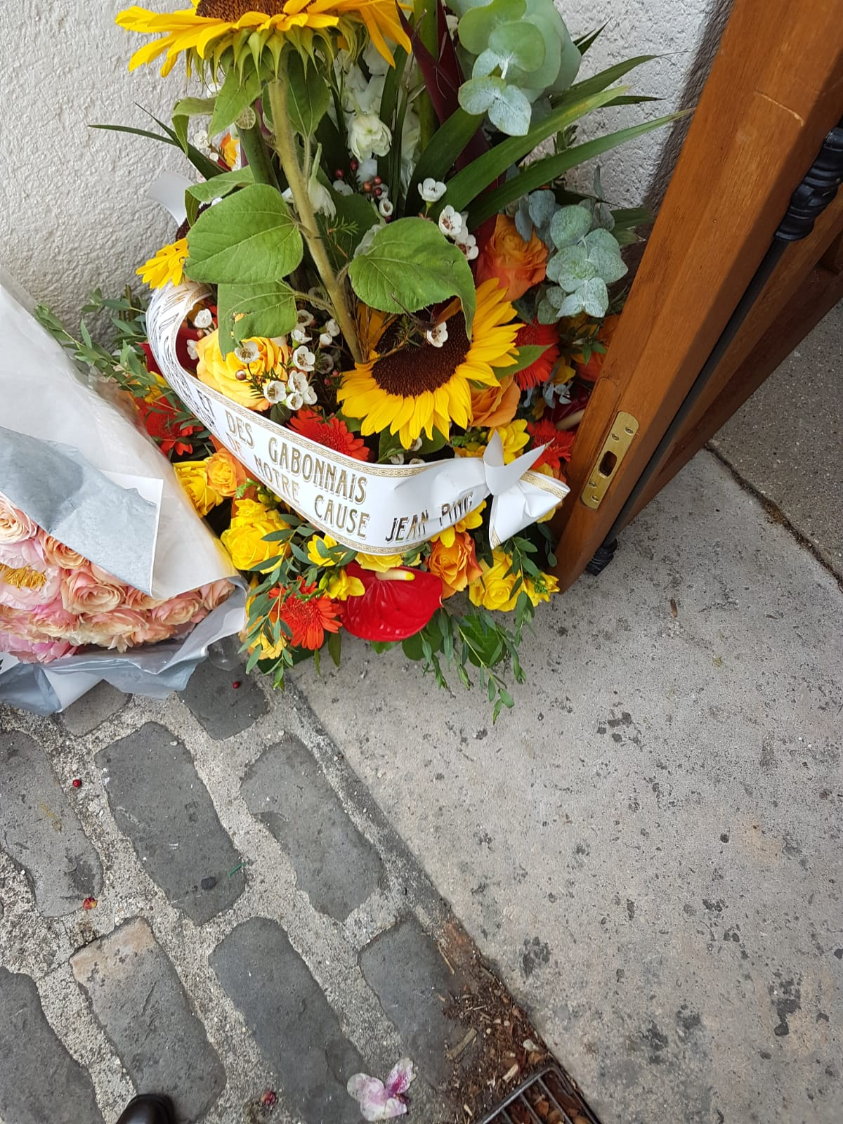 La couronne de fleurs offerte par le Gabonais Jean Ping pour les obsèques de Pierre Péan.
