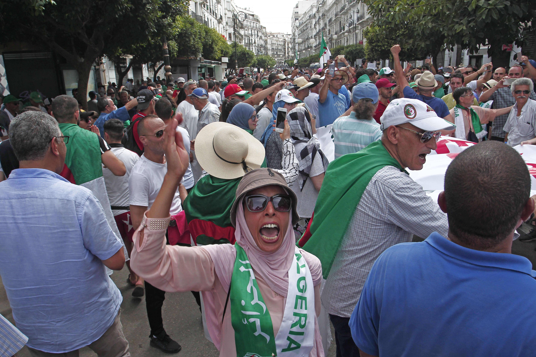 Des manifestants dans les rues d'Alger, vendredi 2 août 2019.
