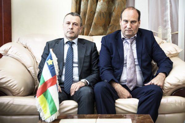 Deux Russes à Bangui : Viktor Tokmakov (à g.)et Valery Zakharov, en août 2018.