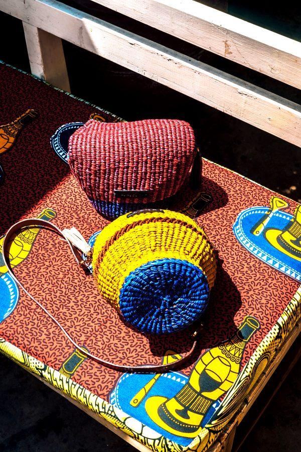 Quand la mode occidentale privilégie les teintes naturelles, la couleur s'invite souvent en Afrique.