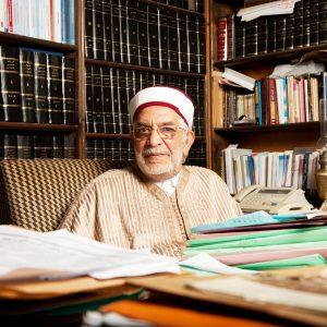 Abdelfattah Mourou, avocat de profession, un des fondateurs du Mouvement de la tendance islamiste qui deviendra Mouvement Ennahdha, pose dans son cabinet en plein de centre de Tunis.