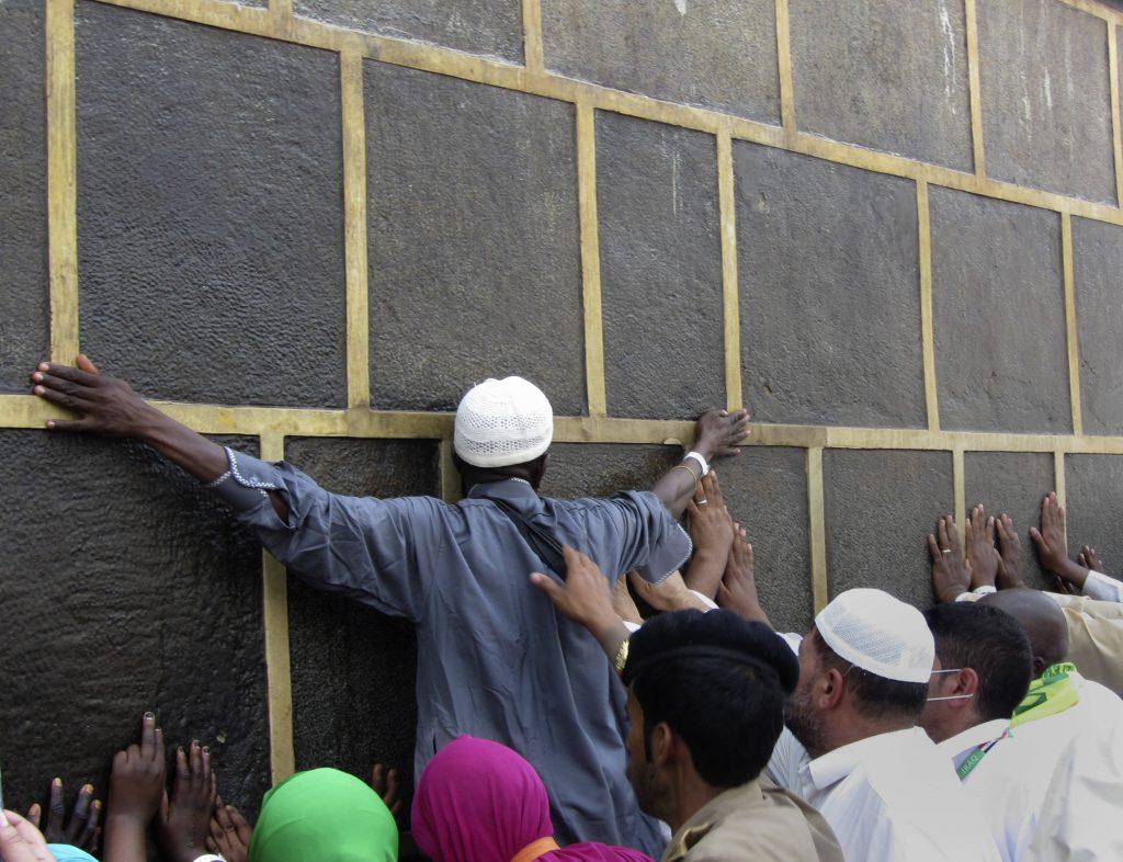 Des fidèles prient aux abords de la Kabaa, à La Mecque, le 5 août 2019.