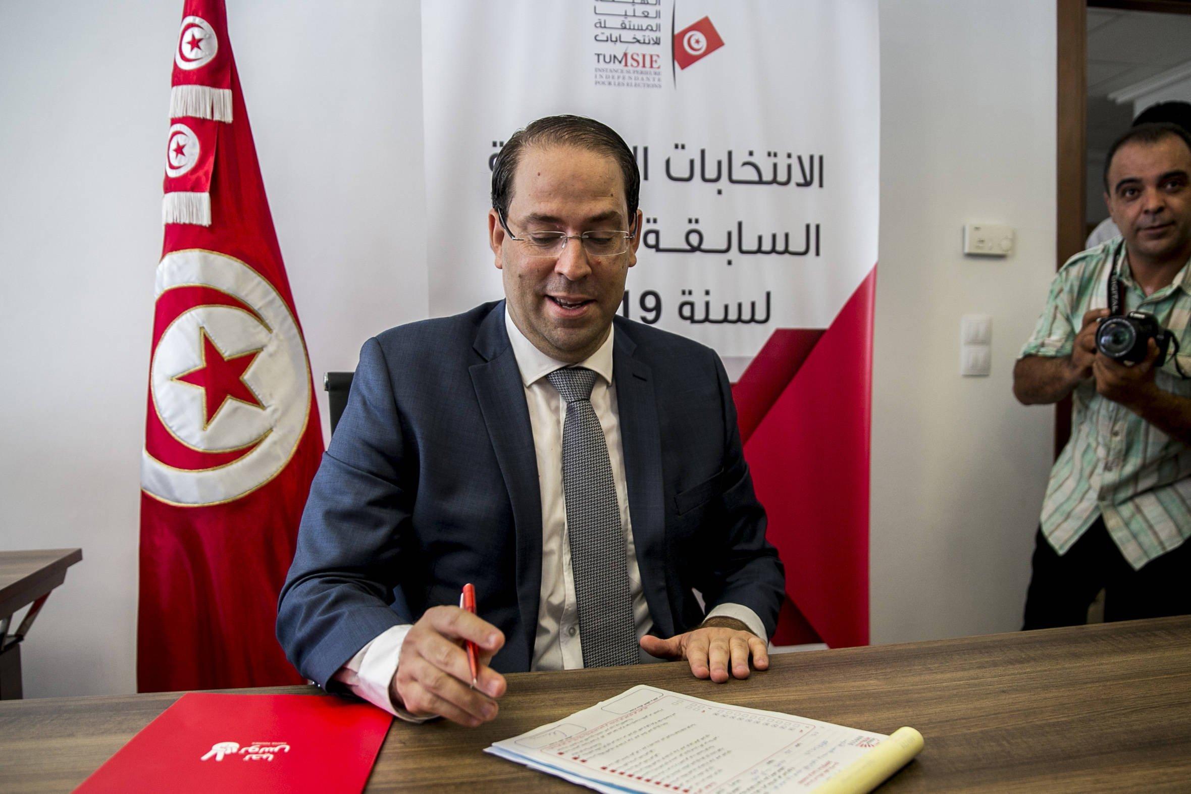 Le chef du gouvernement Youssef Chahed déposant sa candidature à l'élection présidentielle, vendredi 9 août 2019 à Tunis.