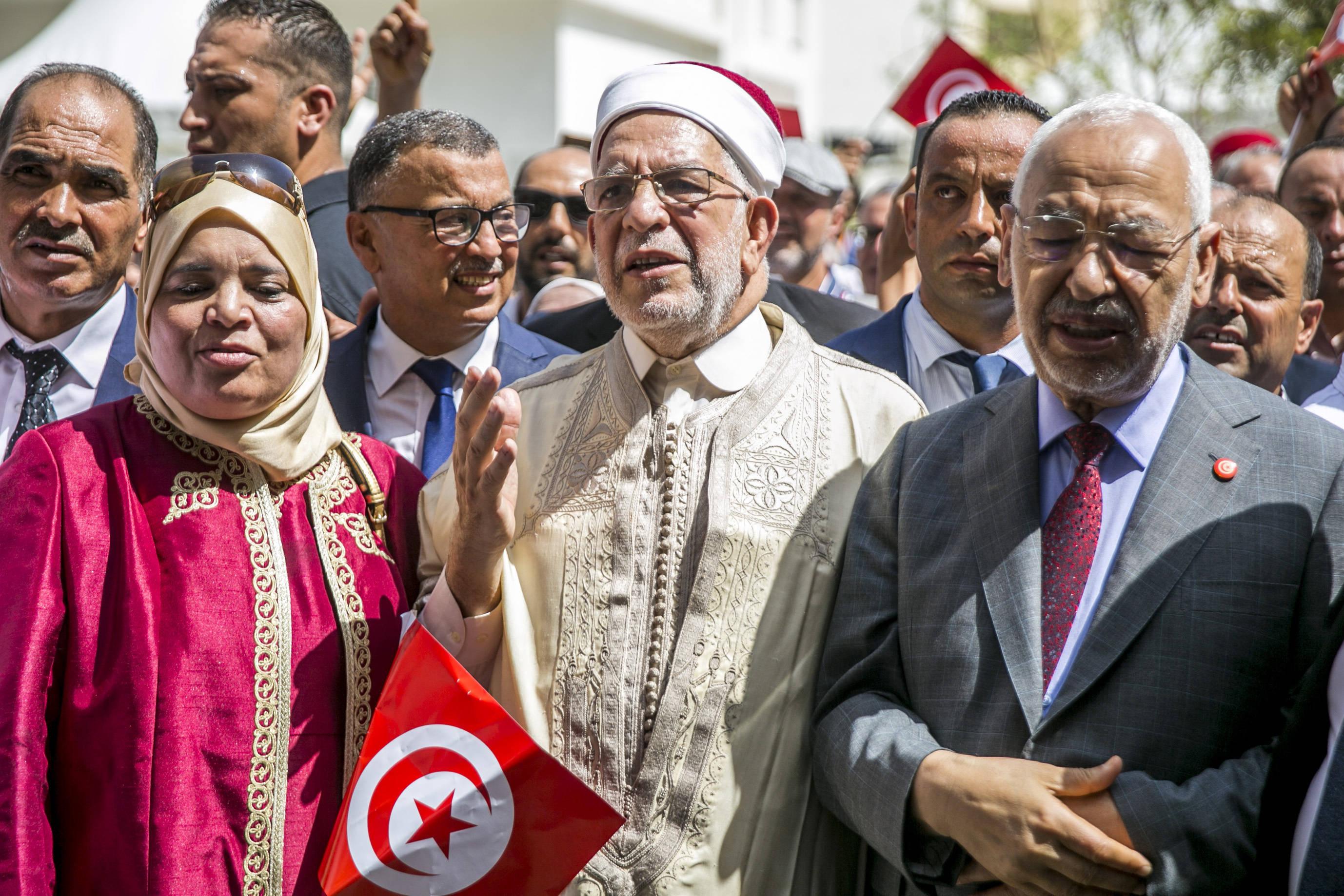 Le candidat d'Ennahdha, Abdelfattah Mourou (au centre), après le dépôt de son dossier de candidature vendredi 9 août 2019 à Tunis, aux côtés du président du parti Rached Ghannouchi.