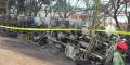 Un membre des forces de sécurité tanzaniennes surveille la carcasse d'un camion-citerne accidenté, dont l'explosion a fait des dizaines de morts parmi les passants qui tentaient de le siphonner, le 10 août 2019, à Morogoro.