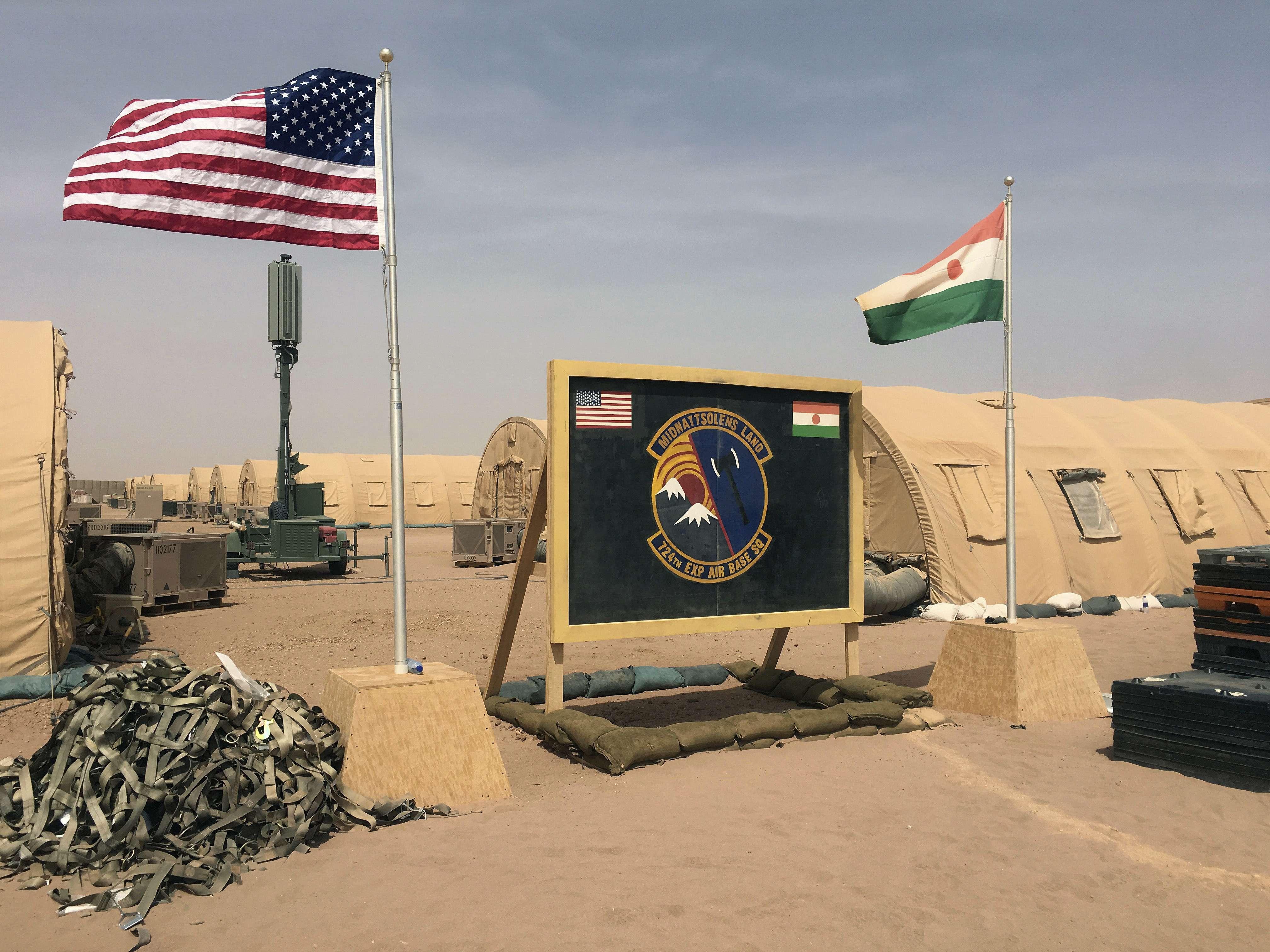Un drapeau américain et un drapeau nigérien sur la base aérienne d'Agadez au Niger, le 16 avril 2018.