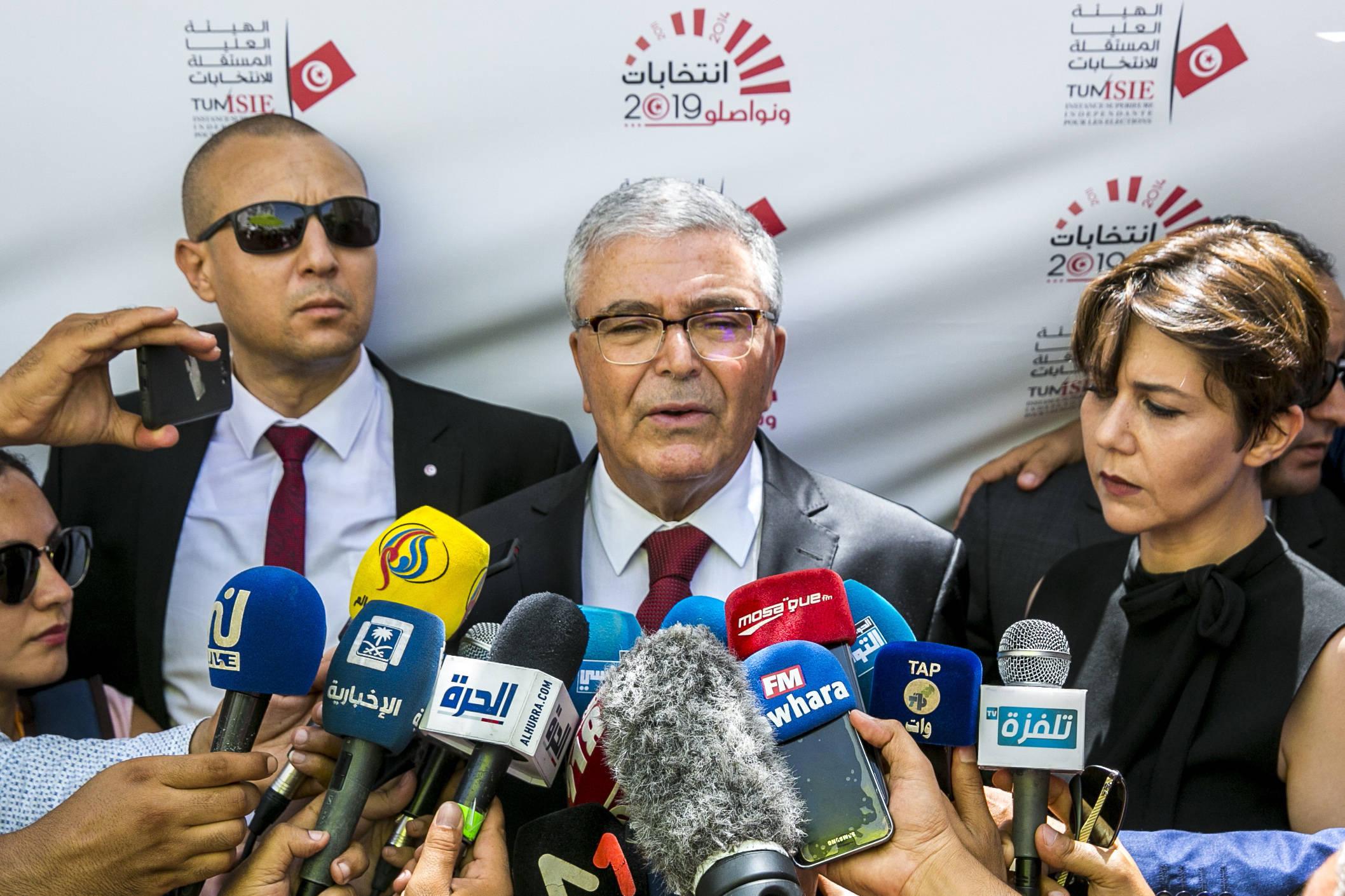 Abdelkrim Zbidi s'exprimant devant les caméras après avoir déposé sa candidature à l'élection présidentielle, mercredi 7 août 2019 à Tunis.