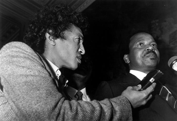 Paul Biya et Sennen Andriamirado, journaliste de JA, à Paris,en février 1983. (archives)