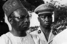 Dawda Jawara (g), premier président de la Gambie indépendante, reçoit son homologue guinéen Ahmed Sékou Touré à Banjul, en janvier 1960.