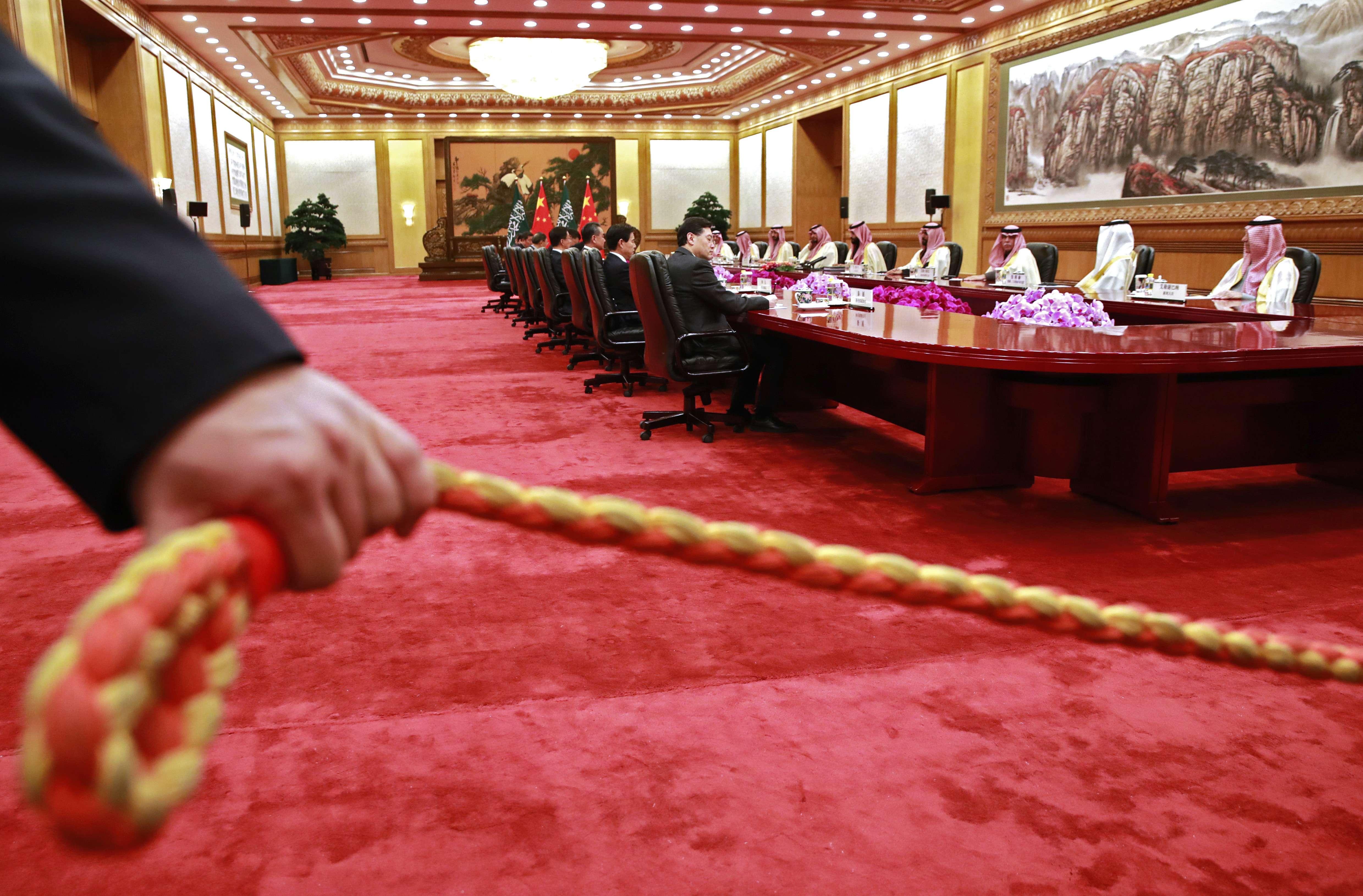 Un agent de sécurité tenant un cordon devant la réunion entre les plus hauts responsables chinois et saoudiens, en février 2019 à Pékin.