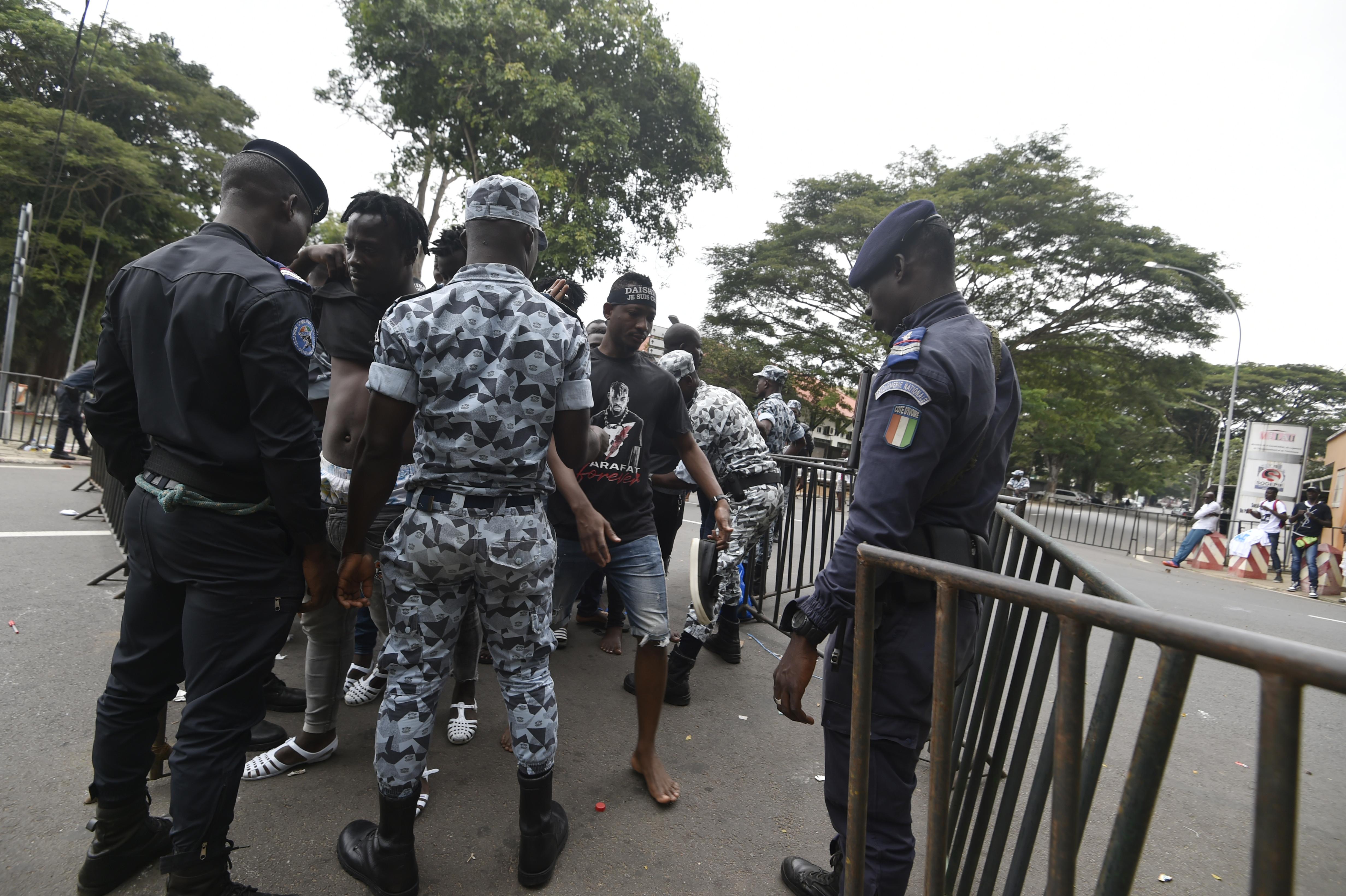 Des policiers et gendarmes ivoiriens contrôlent les fans de DJ Arafat non loin de l'entrée du stade Félix Houphouët-Boigny.