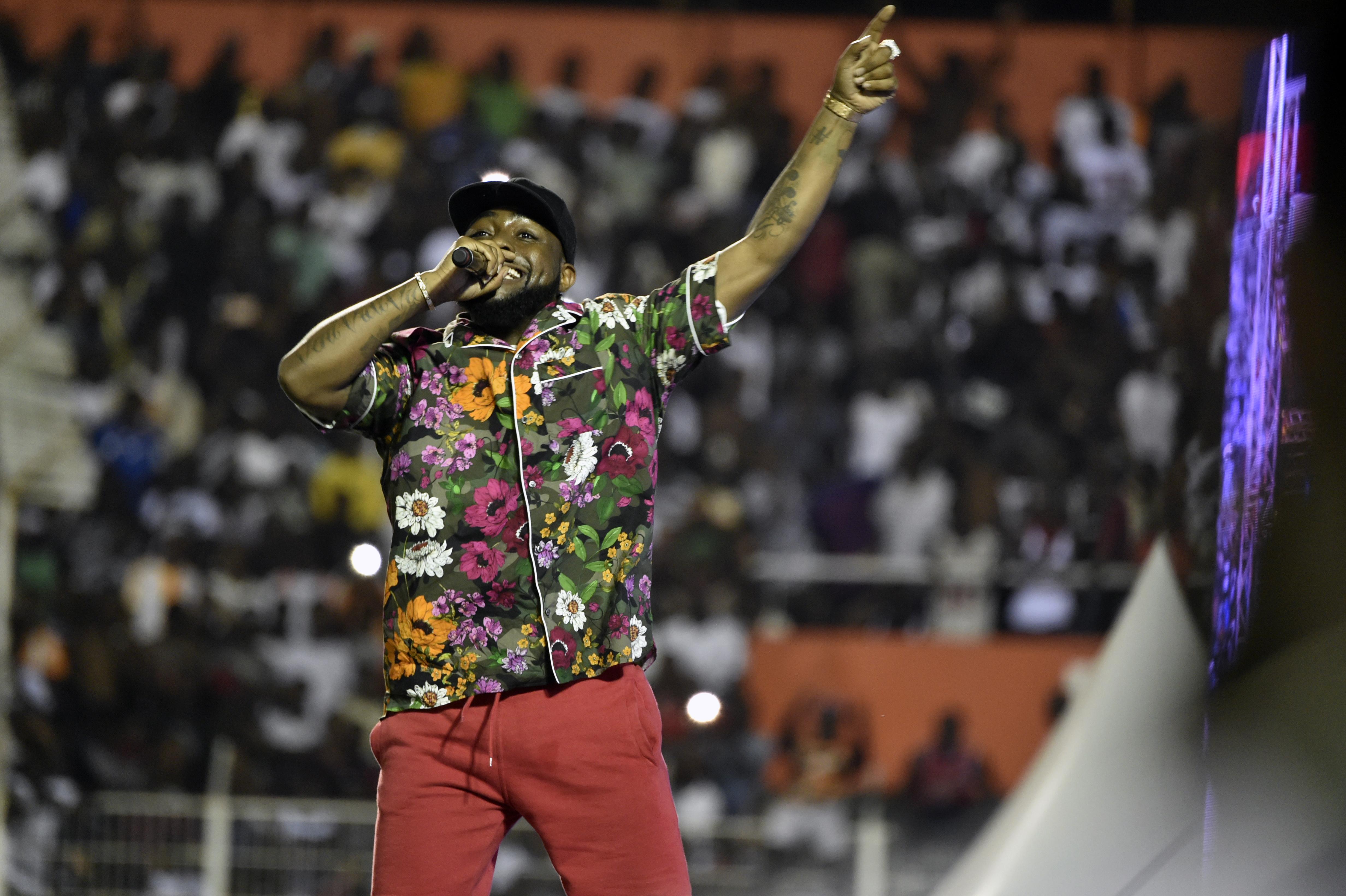 L'artiste Nigerian Davido chante le 31 Aout 2019 lors des funérailles de DJ Arafat.