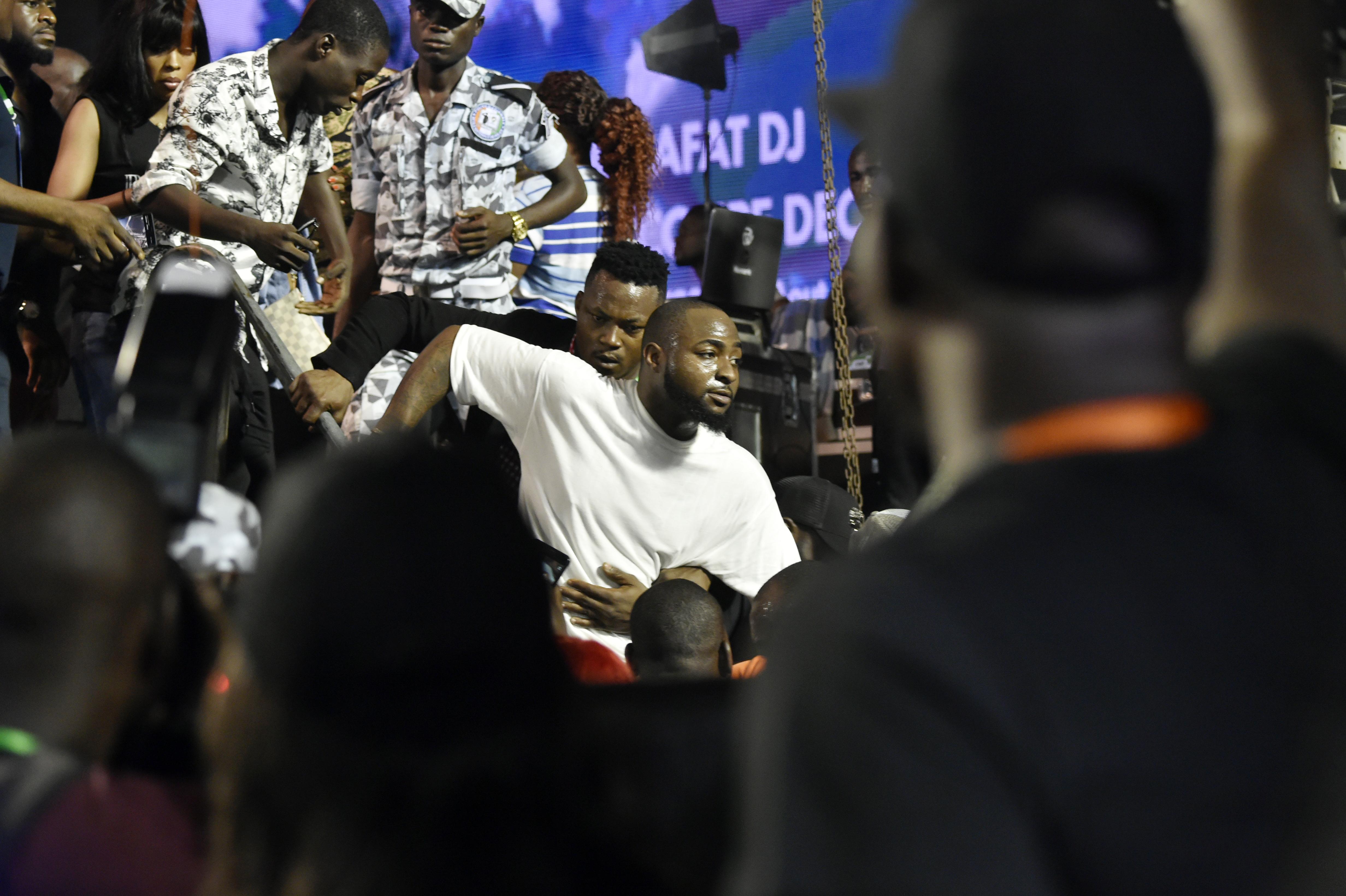 L'artiste nigérian Davido, descendant du podium après sa prestation au stade Félix Houphouët-Boigny, le 31 août 2019 lors des funérailles de DJ Arafat.