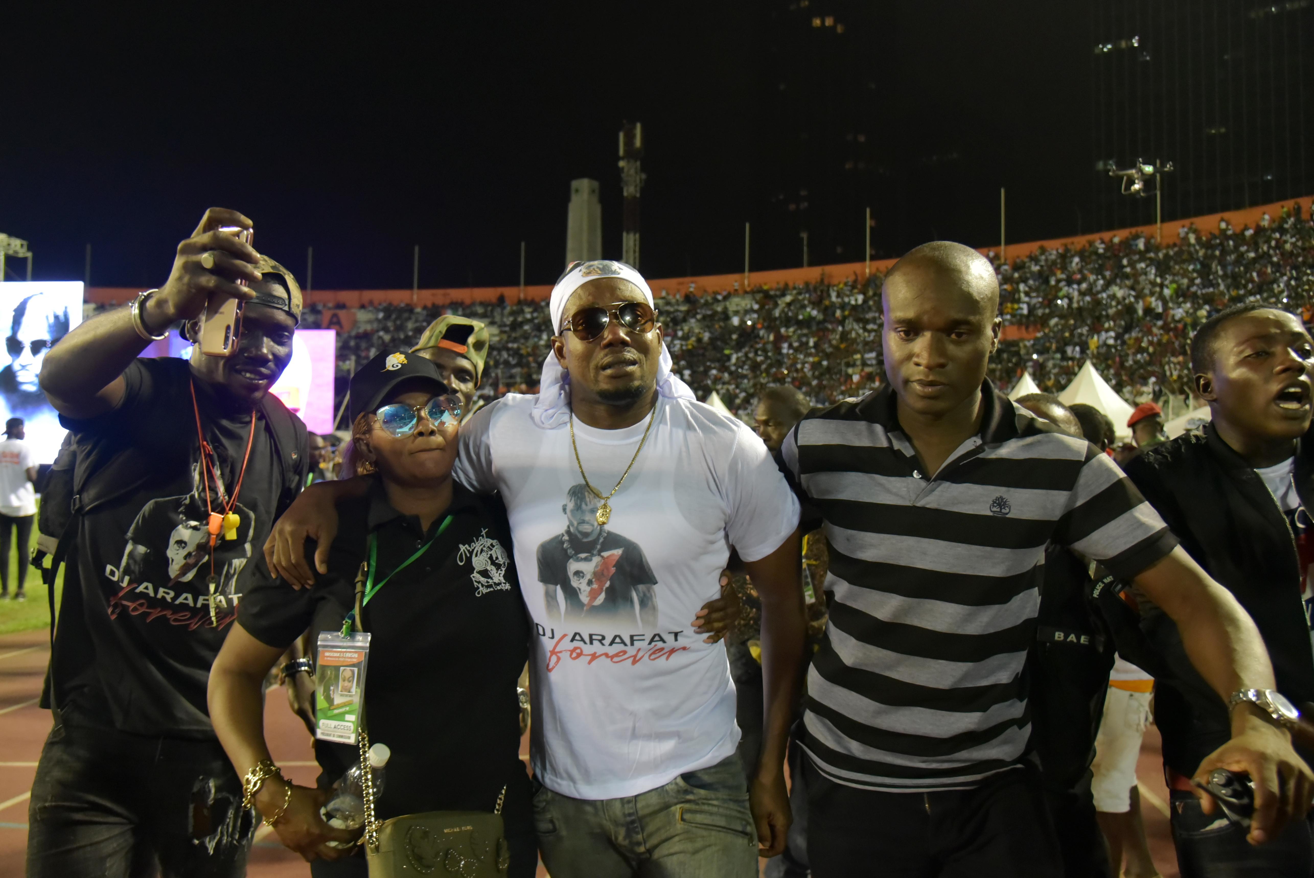 L'ancien joueur des Éléphants, Kader Keita, pleurant lors des funérailles. de DJ Arafat, le 31 août 2019 à Abidjan