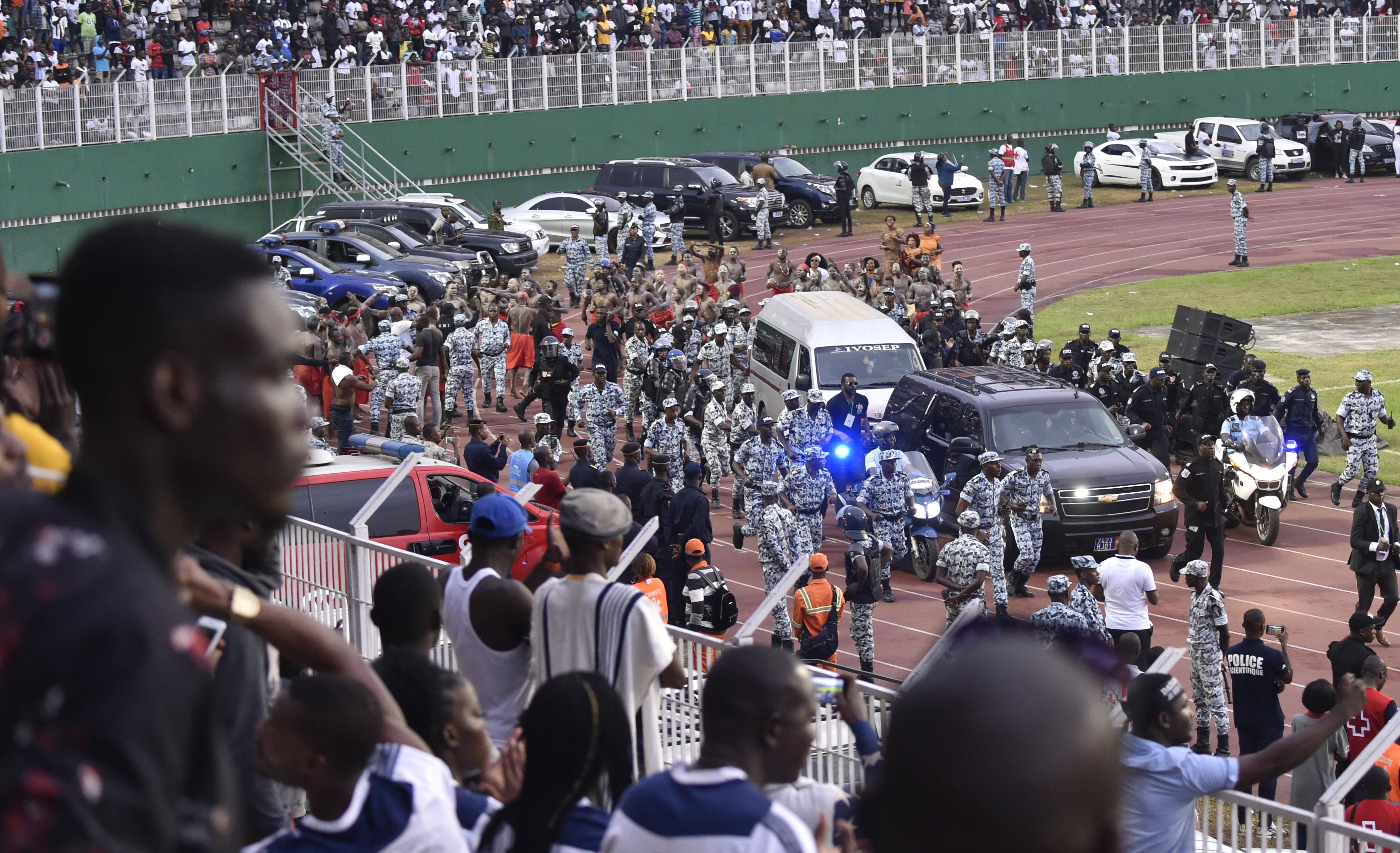 Des policiers ivoiriens escortent le corbillard transportant le corps de DJ Arafat, à son arrivée au stade Félix Houphouët-Boigny d'Abidjan, le 30 août 2019.