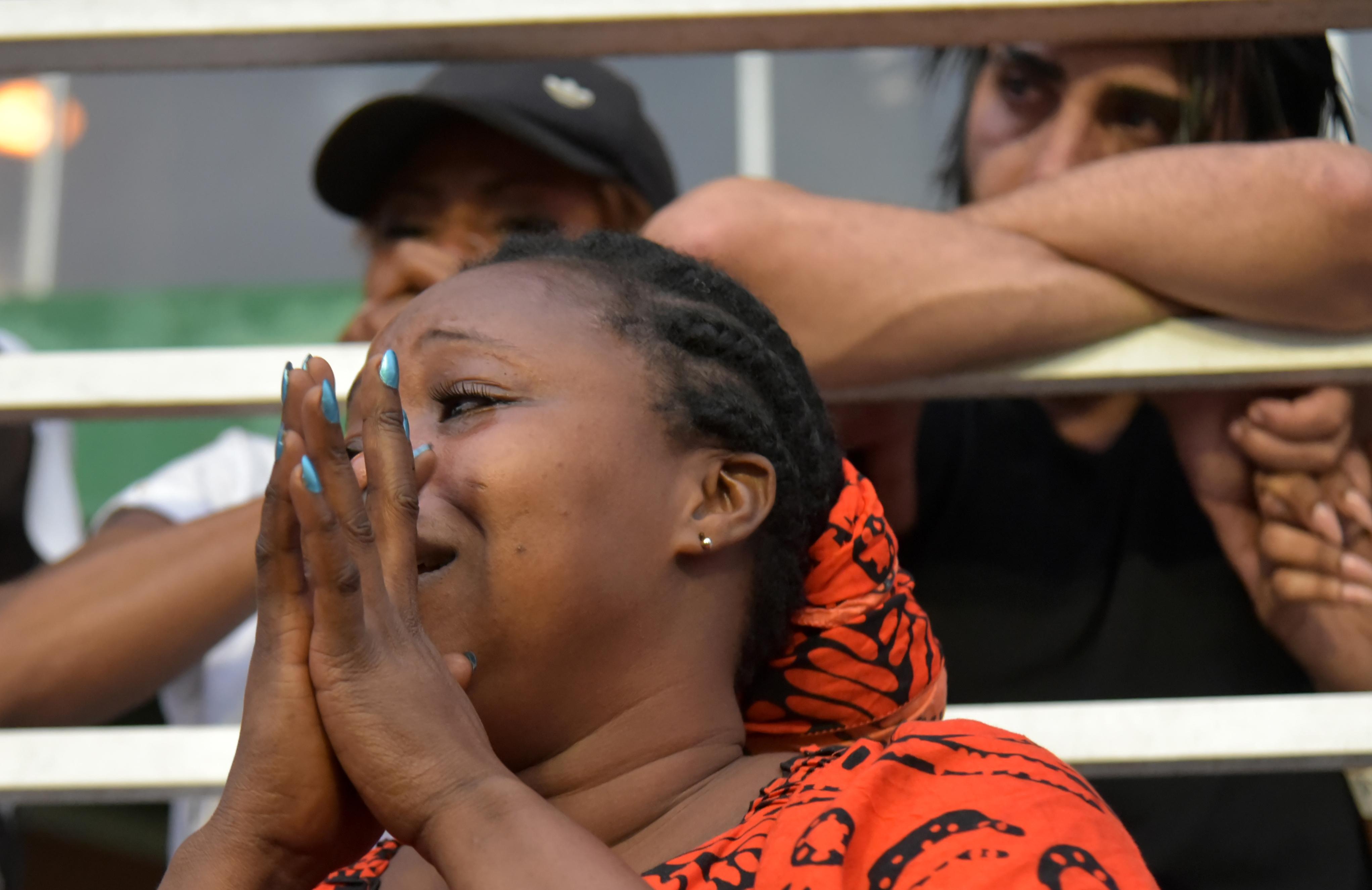 Une femme en larmes lors des funérailles de DJ Arafat, le 30 août à Abidjan.
