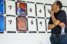Un homme devant des affiches de campagne à Tunis, lundi 2 septembre 2019.