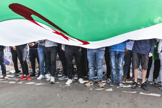 """Algérie: """"des dizaines d'arrestations"""" après une réunion interdite du RAJ à Béjaïa"""
