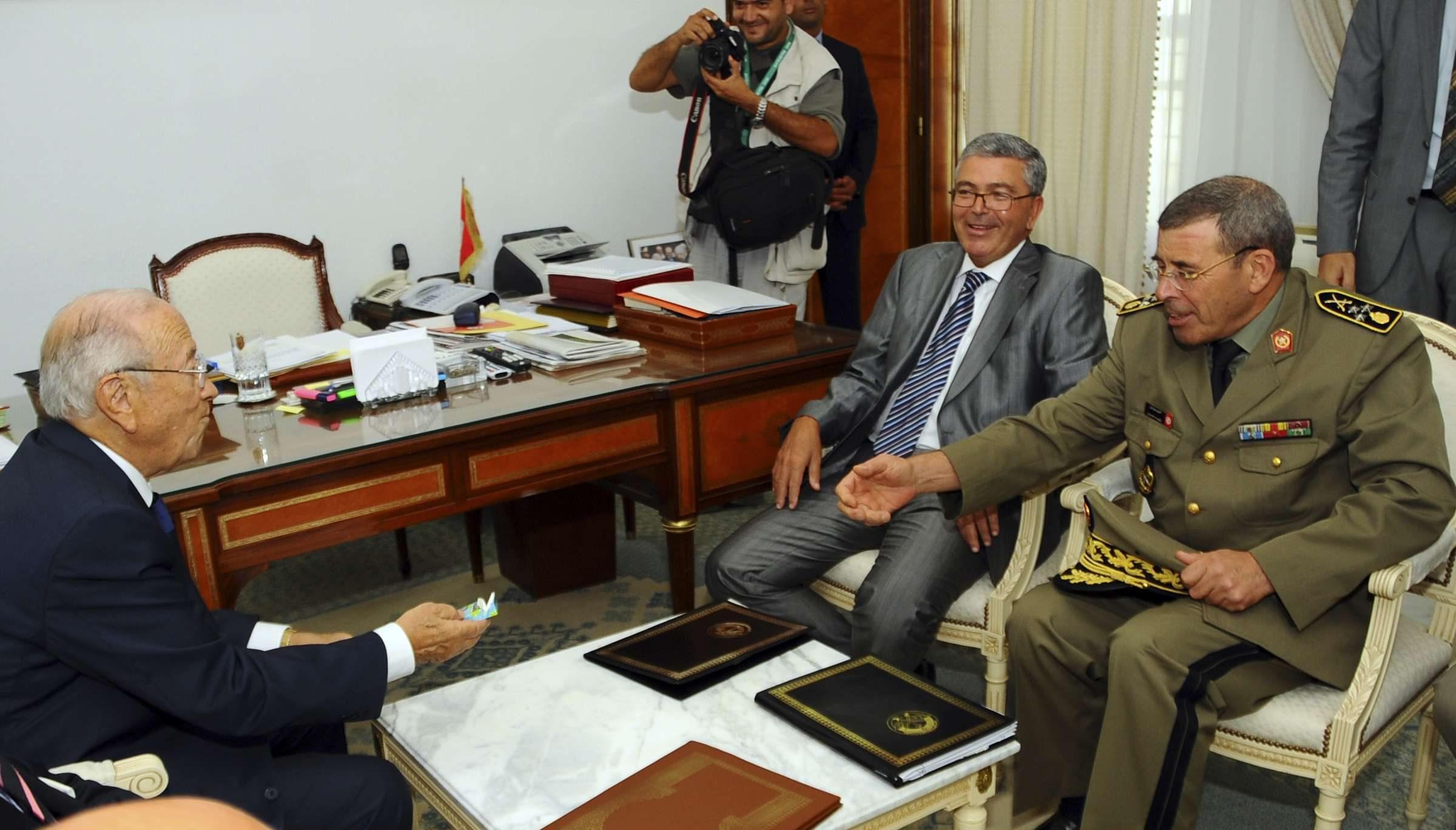 Le ministre de la Défense Abdelkrim Zbidi, entouré du Premier ministre Béji Caïd Essebsi (à gauche) et du chef d'état-major de l'armée, le général Rachid Ammar, le 6 septembre 2011 à Tunis.