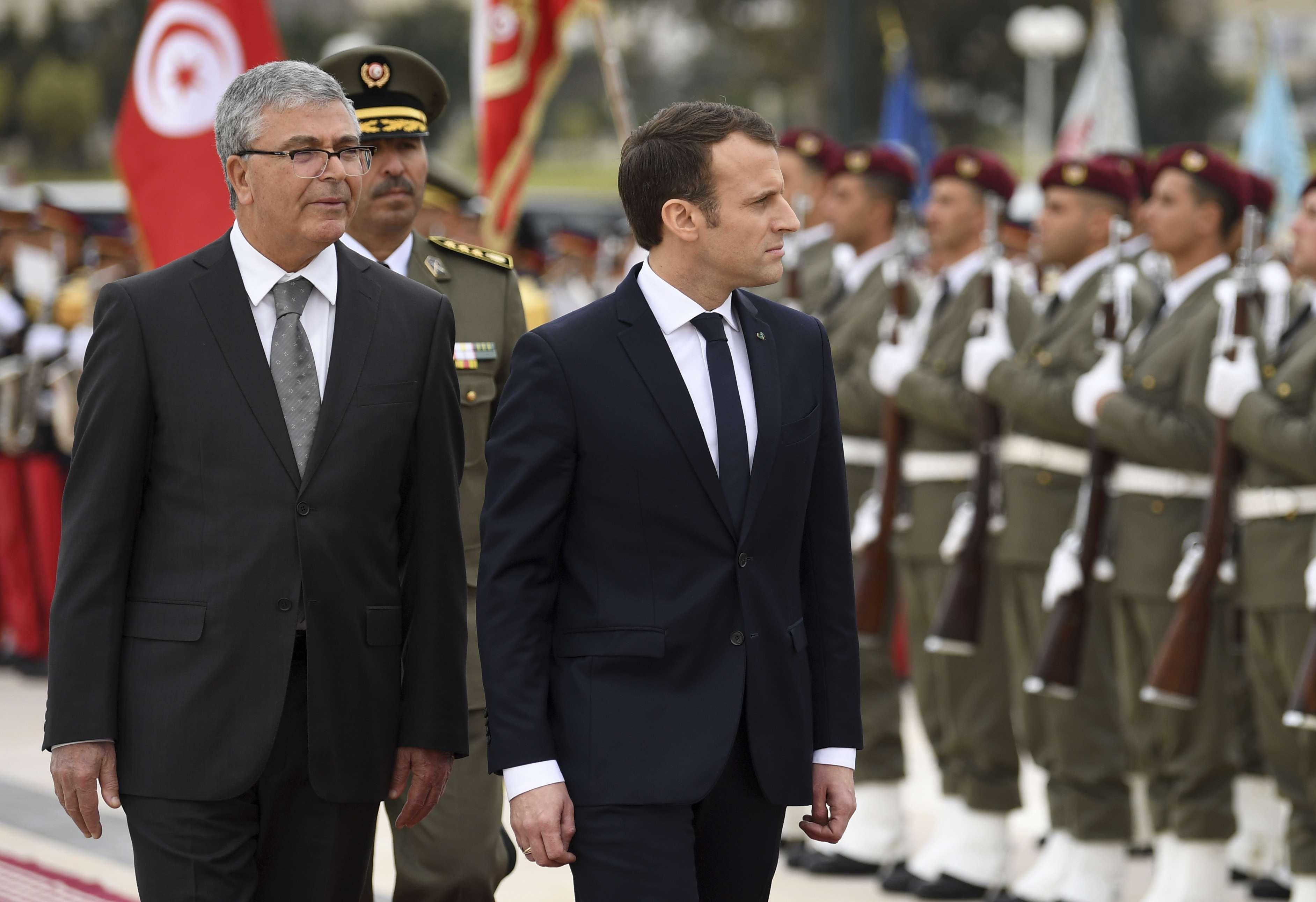 Le ministre de la Défense, Abdelkrim Zbidi (à gauche), passant les troupes en revue aux côtés du président français Emmanuel Macron, en visite en Tunisie en février 2018.