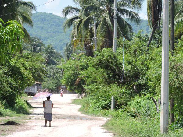 Une femme sur la route qui mène du village de Corralero à la ville de Pinotepa Nacional.