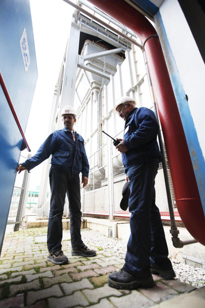 STEG - TUNISIA, La Goulette : Des chefs de quart à la sortie de la salle des machines de la centrale de la Steg, à cote du port de la Goulette le 08-03-2012. é Ons Abid.La STEG est la deuxième plus grande entreprise tunisienne par son chiffre d'affaires en 2009La Steg comporte l'ancienne unité de production, la centrale à vapeur et la nouvelle turbune à gaz.