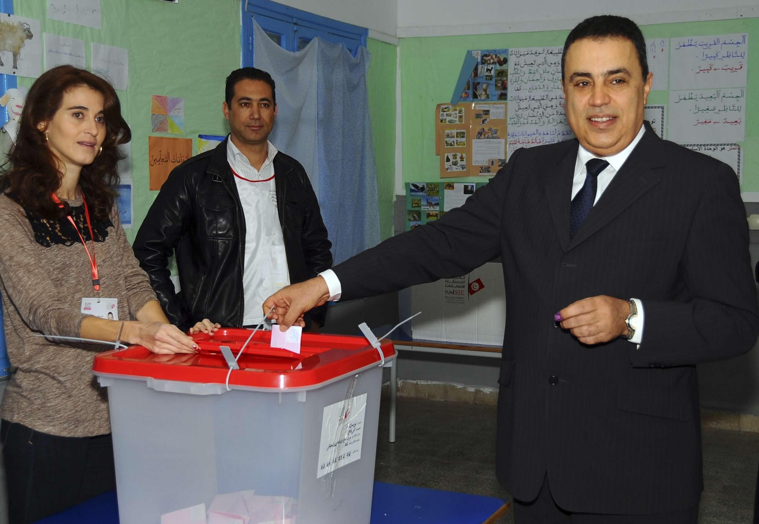 Mehdi Jomâa plaçant son bulletin dans l'urne lors de l'élection présidentielle tunisienne de 2014.
