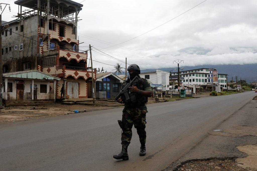 Un membre du bataillon d'intervention rapide (BIR) patrouille dans la ville de Buea, dans la région anglophone du Sud-Ouest du Cameroun, le 4 octobre 2018.