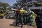 Le cercueil de l'ancien président, Robert Mugabe, porté par la garde présidentielle, le 13 septembre 2019.
