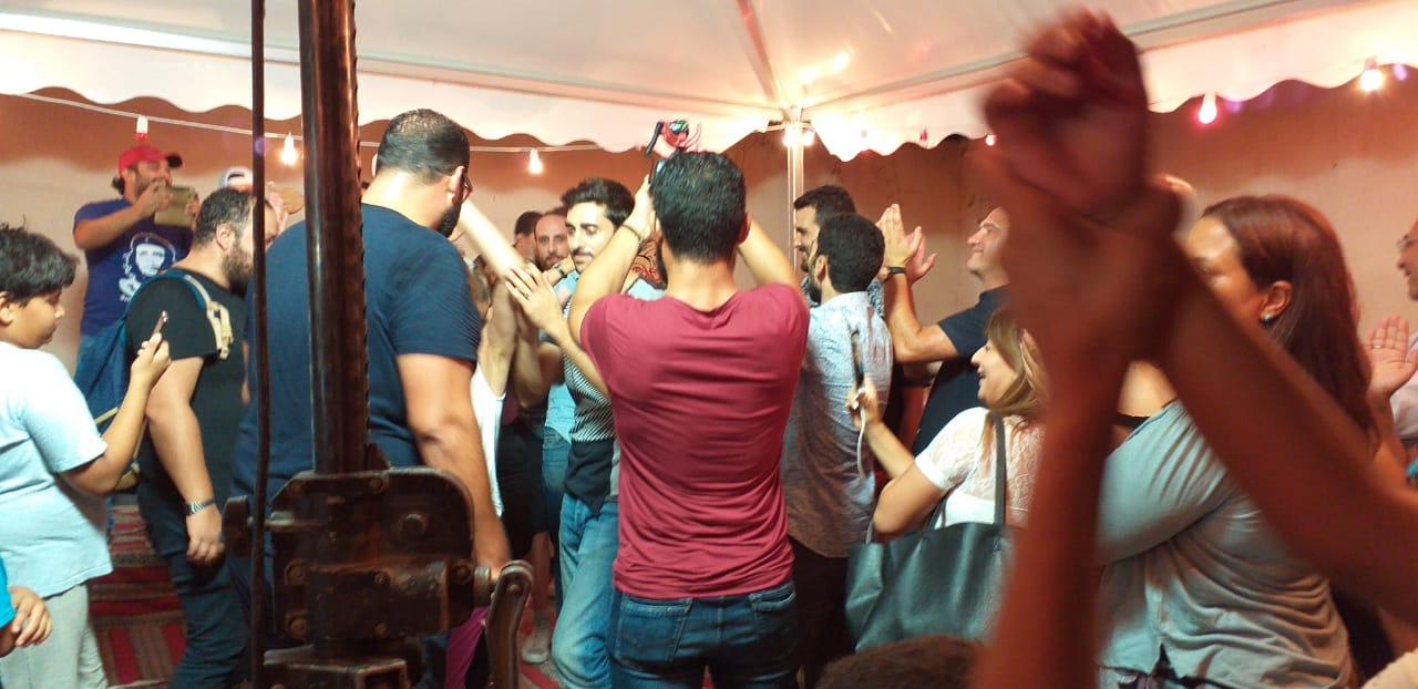 Des partisans de Nabil Karoui dansent au QG du candidat emprisonné, dimanche 15 septembre 2019 à Tunis.