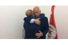 Le candidat indépendant Kaïs Saïed dans les bras de son frère, dimanche 15 septembre 2019 à Tunis.
