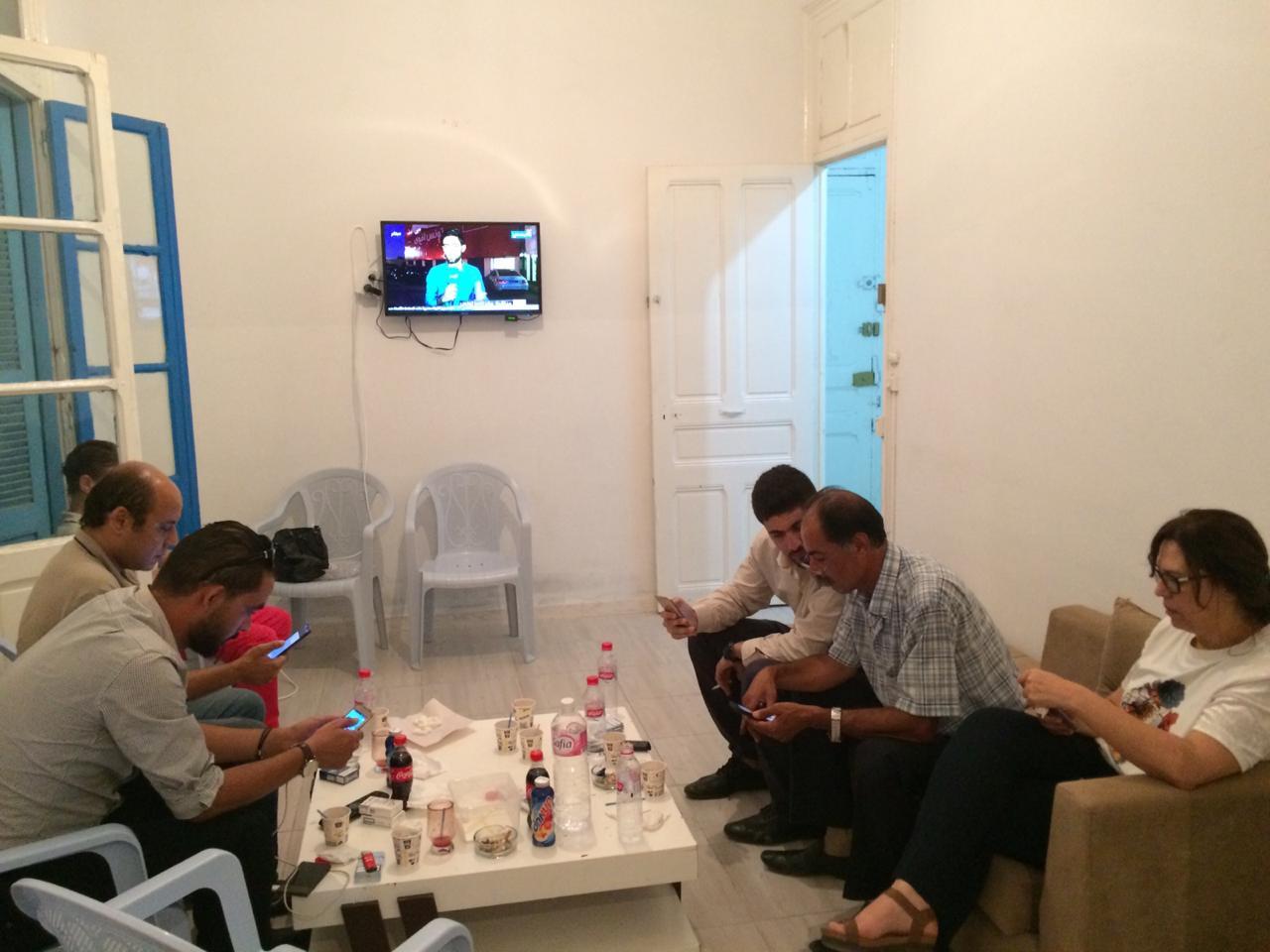 Le QG de campagne du candidat indépendant Kaïd Saïed dans l'attente des premiers résultats officiels du premier tour de l'élection présidentielle.
