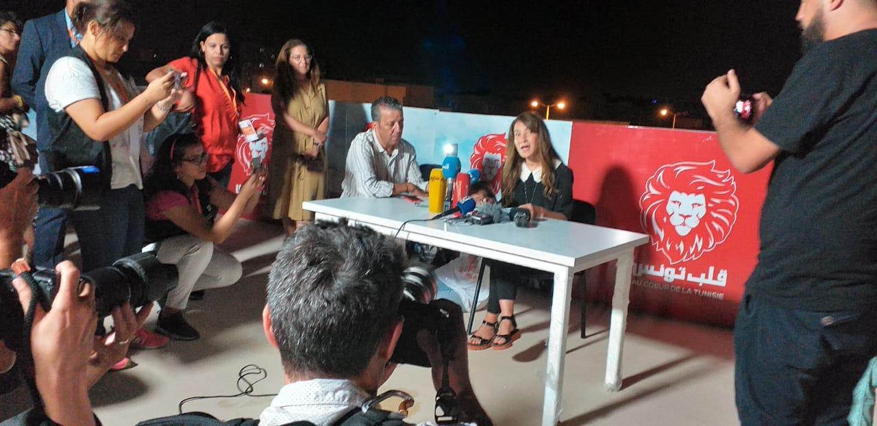 Salwa Karoui lisant un message de son mari emprisonné, annoncé en deuxième position du premier tour de l'élection présidentielle, dimanche 15 septembre 2019 à Tunis.