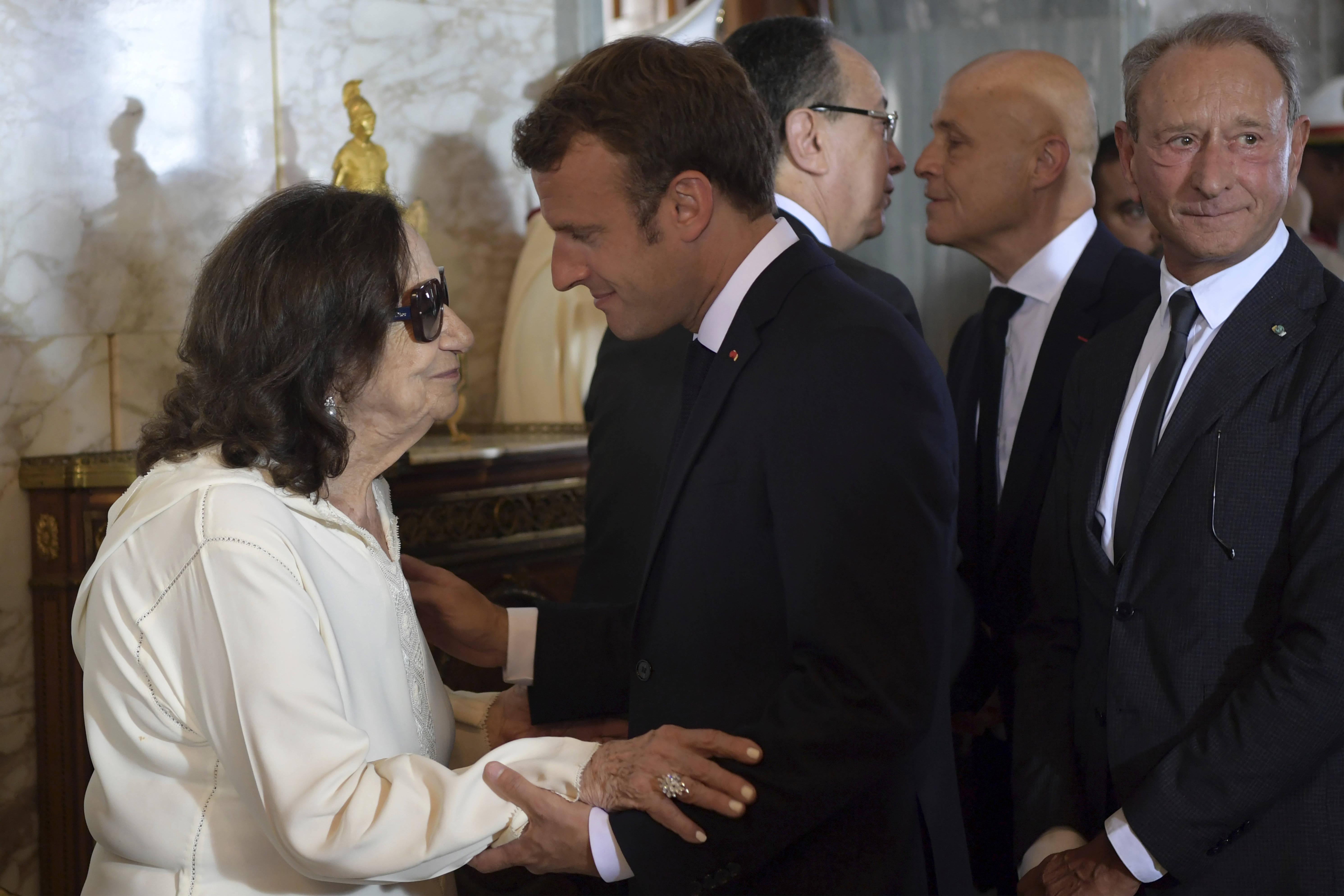 Chadlia Caïd Essebsi recevant les condoléances du président français Emmanuel Macron lors des funérailles officielles de son mari, samedi 27 juillet 2019 à Tunis.