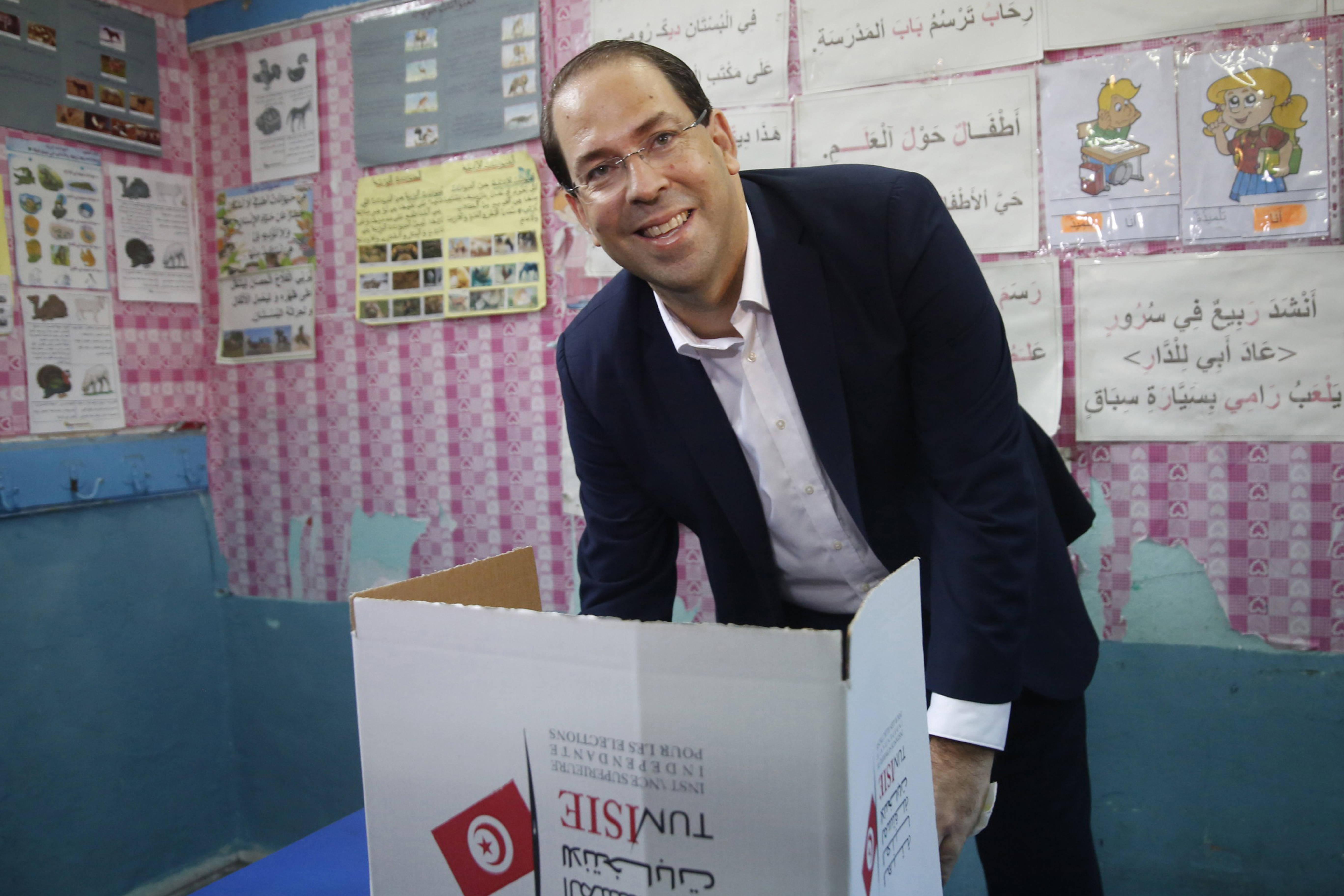 Youssef Chahed, le chef du gouvernement sortant, dans un isoloir à La Marsa, à l'occasion du premier tour de l'élection présidentielle, dimanche 15 septembre 2019.