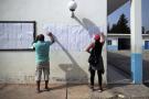 Des électeurs cherchant leur nom sur les listes électorales affichées dans un bureau de vote de La Marsa, en banlieue de Tunis, dimanche 15 septembre 2019 (image d'illustration).