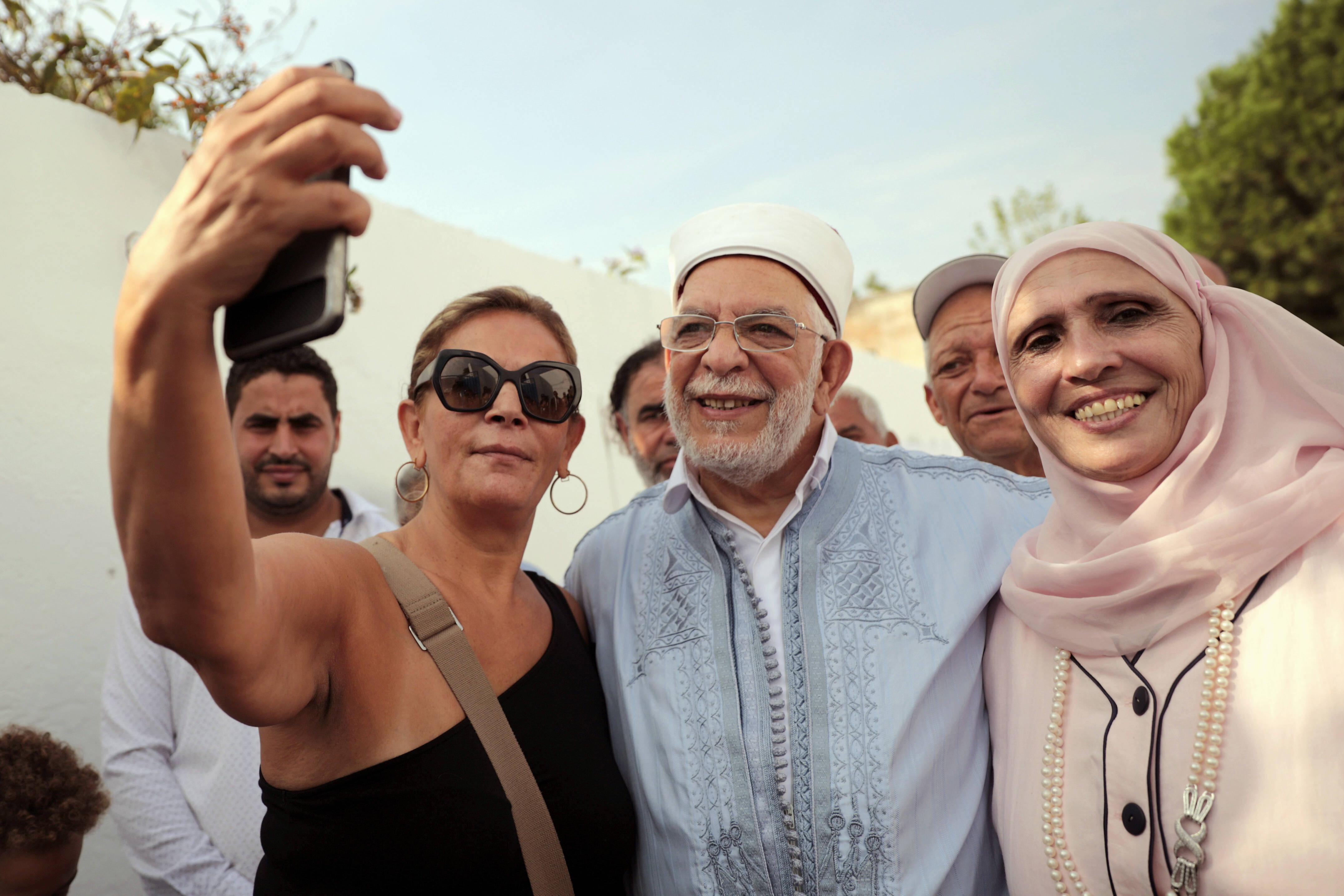Une électrice prenant un selfie avec l'islamiste Abdelfattah Mourou et sa femme, dimanche 15 septembre 2019 à La Marsa.
