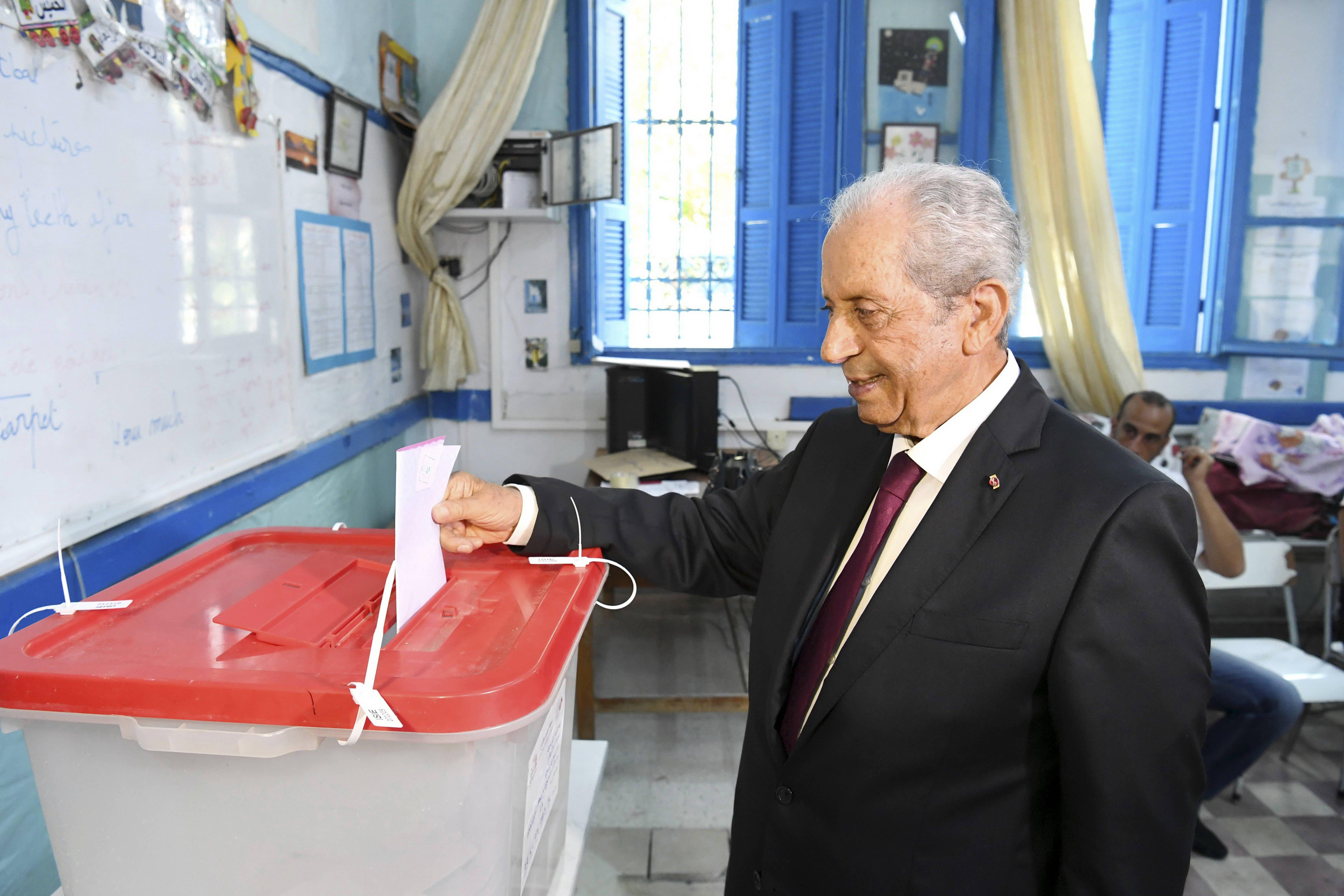 Mohamed Ennaceur, le président de la République par intérim, plaçant son bulletin dans l'urne dans un bureau de vote de Sidi Bou Saïd, dimanche 15 septembre.